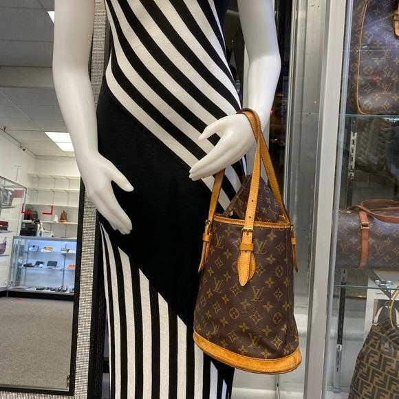 Louis Vuitton Handbags - Louis Buitton monogram bucket bag with pouch